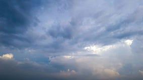 Ciemne burz chmury ruszają się szybko przy widza czasu upływem zdjęcie wideo