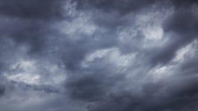Ciemne burz chmury ruszają się szybko przy widzem - timelapse, 4k zdjęcie wideo