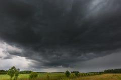 Ciemne burzowe chmury nad kukurydzanym polem przy latem Zdjęcia Royalty Free