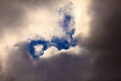 Ciemne burzowe chmury zakrywa niebo jako natury tło Obrazy Royalty Free