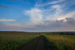 ciemne chmury błękit nieba pola white drogowego Obrazy Royalty Free