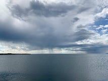 Ciemne chmury padają nad jeziorem obraz stock