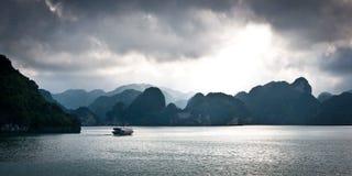 Ciemne chmury przy Halong zatoką Wietnam Obraz Stock
