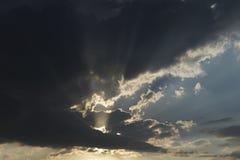 Ciemne chmury thunderclouds i pękać słońce, zdjęcia stock