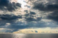 Ciemne cumulus chmury unosi się nad morzem Fotografia Stock