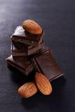 Ciemne czekolady i migdałów dokrętki Zdjęcia Stock
