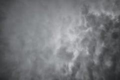 Ciemne dramatyczne chmury. Straszny nieba tło Obrazy Royalty Free
