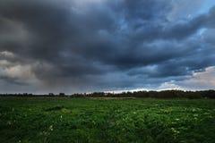 Ciemne dramatyczne podeszczowe chmury nad wieś krajobrazem Obraz Royalty Free