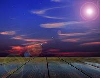Ciemne drewniane deski z widokiem wieczór gwiazdy i niebo Zdjęcie Royalty Free