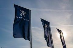 Ciemne flagi z Peugeot gatunku logo fotografia stock