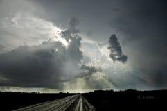 Ciemne grzmot chmury i dramatyczne burze wypełniają niebo nad sw obrazy stock