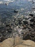 Ciemne i piękne skały kąpać się w zdjęcie stock