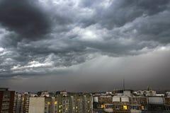 Ciemne i potężne burz chmury nad miastem Ulewny deszcz, noc strzał Obrazy Stock