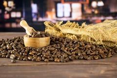 Ciemnego brązu kawowych fasoli słodki arabica z restauracją zdjęcie stock