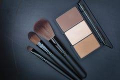 Ciemnego brzmienia selekcyjna ostrość na pięknym brown policzka blusher zestawie Obrazy Stock