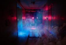 Ciemnego pokoju strachu poszukiwania lekkich skutków dym obrazy stock