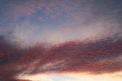 Ciemnej zmierzchu nieba chmury czerwony kolorowy afterglow Obrazy Stock