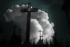 Ciemni cmentarzy krzyże Fotografia Stock
