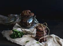 Ciemni czekoladowego układu scalonego ciastka z świeżą mennicą na ciemnym tle zdjęcia stock
