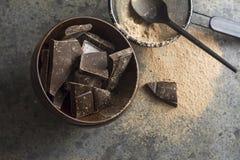 Ciemni czekoladowi kawały w drewnianym łęku Obrazy Stock