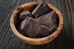 Ciemni czekoladowi kawały w drewnianym pucharze Zdjęcie Stock