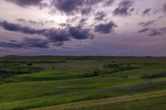 Ciemni nieba nad łąkami zdjęcie royalty free