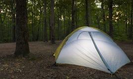 Ciemnienie namiotu campsite fotografia stock