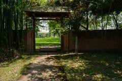 Ciemniutka brama podwórze w pogodnym lata popołudniu zdjęcie stock