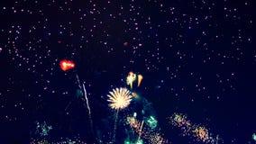 Ciemność dostaje promieniował z rozjarzonymi fajerwerkami zdjęcie wideo