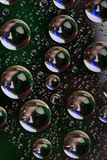 ciemności tła kropli wody Zdjęcia Stock