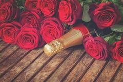 Ciemnopąsowe czerwone róże z szyją szampan Fotografia Royalty Free