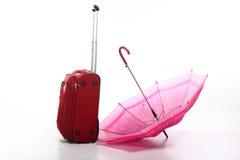 ciemnopąsowej czerwieni drogowy walizki parasol Zdjęcie Royalty Free