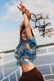 Ciemnoskóra dziewczyna z wymarzonym łapaczem na brzeg Fotografia Stock