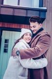 Ciemnowłosy mąż jest ubranym brązu żakiet kocha jego kobiety ogromnie fotografia stock