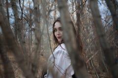 Ciemnowłosa dziewczyna wśród drzew fotografia stock
