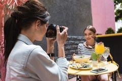 Ciemnowłosa kobieta z elegancką fryzury mienia profesjonalisty kamerą obraz royalty free