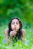 Ciemnowłosa młoda kobieta dmucha daleko od Obraz Royalty Free