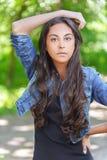 Ciemnowłosa młoda kobieta w drelichu Fotografia Royalty Free