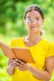 Ciemnowłosa piękna młoda kobieta z książką Fotografia Stock