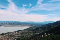Ciemnozieleni wzgórza obok jeziora fotografia stock