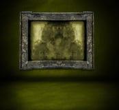 Ciemnozielona ściana z ramowym i podłogowym wnętrzem zdjęcia royalty free