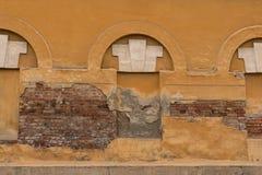Ciemny ściana z cegieł z trzy zaokrąglał zamkniętych okno Obrazy Stock