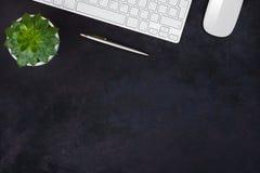 Ciemny biznesowy tło Biurowy stołowy odgórny widok z kopii przestrzenią obraz stock