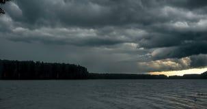 Ciemny burzowy chmura pławik przez niebo Burza mooving nad rzeką Czasu upływ burz chmury rusza się szybko zbiory