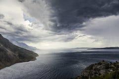 Ciemny burzowy niebo, denne fala, góry Obraz Royalty Free