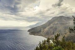 Ciemny burzowy niebo, denne fala, góry Zdjęcie Royalty Free