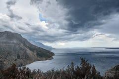 Ciemny burzowy niebo, denne fala, góry Zdjęcia Stock
