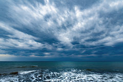 Ciemny burzowy niebo nad ocean Obraz Stock