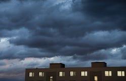 Ciemny chmurny niebo przed burz? zdjęcia royalty free