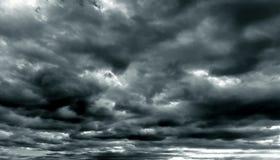 Ciemny chmurny niebo w porze deszczowa Obrazy Royalty Free